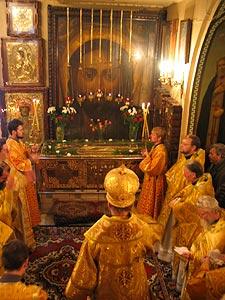 Рака с мощами свт. Гурия Казанского. Богослужение в день празднования памяти святителя.